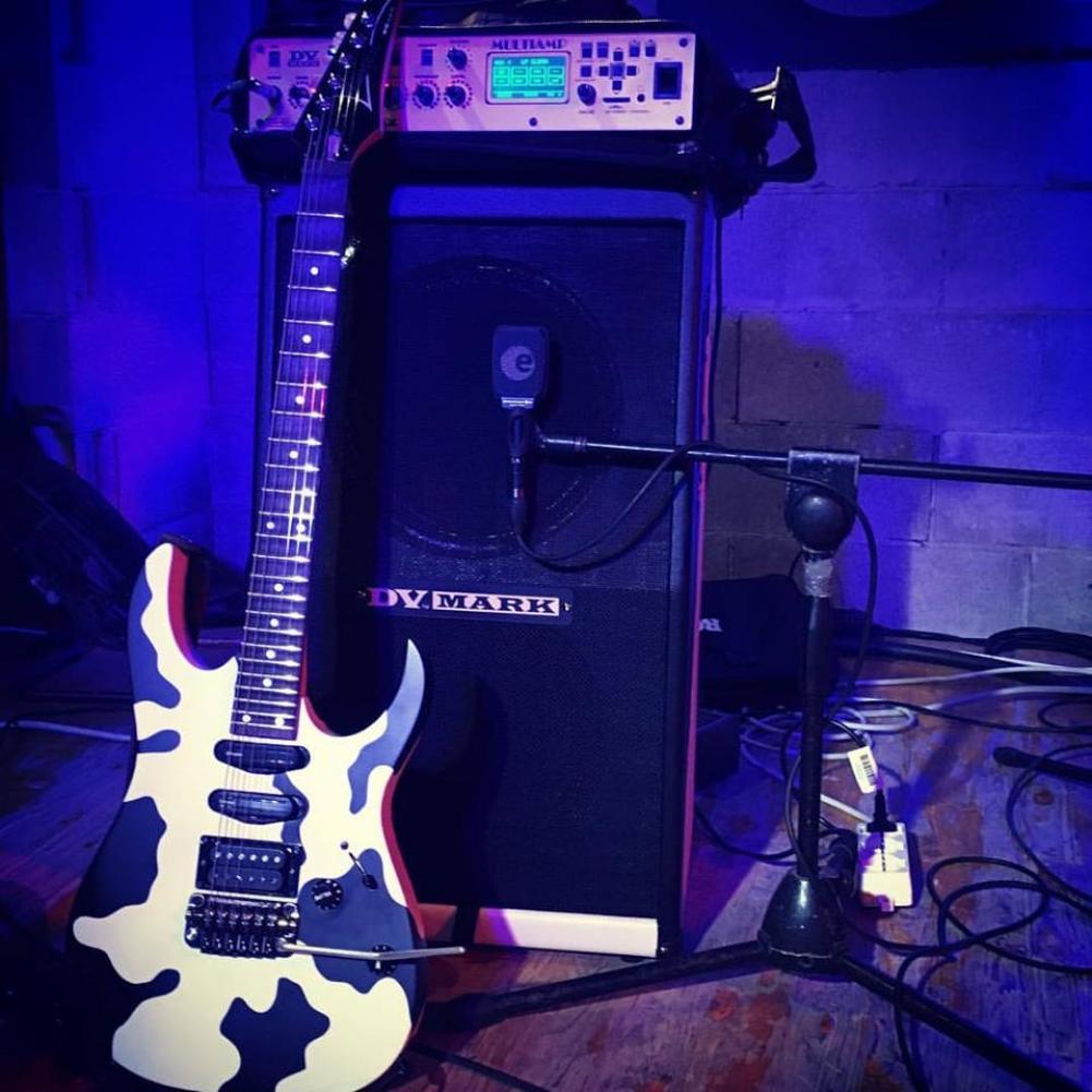 Sebo Xotta e la chitarra muccata
