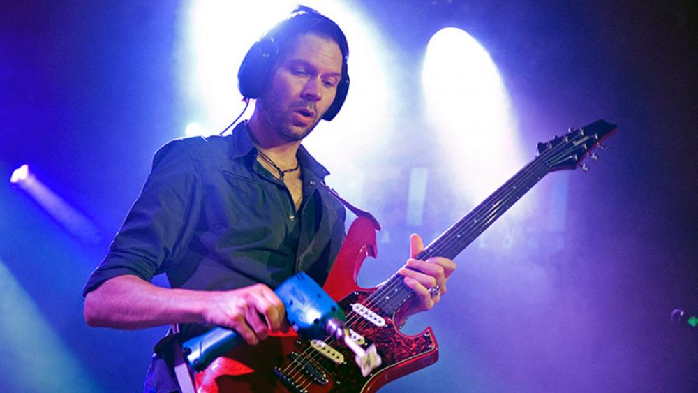 Alternata: Paul Gilbert Vs John Petrucci