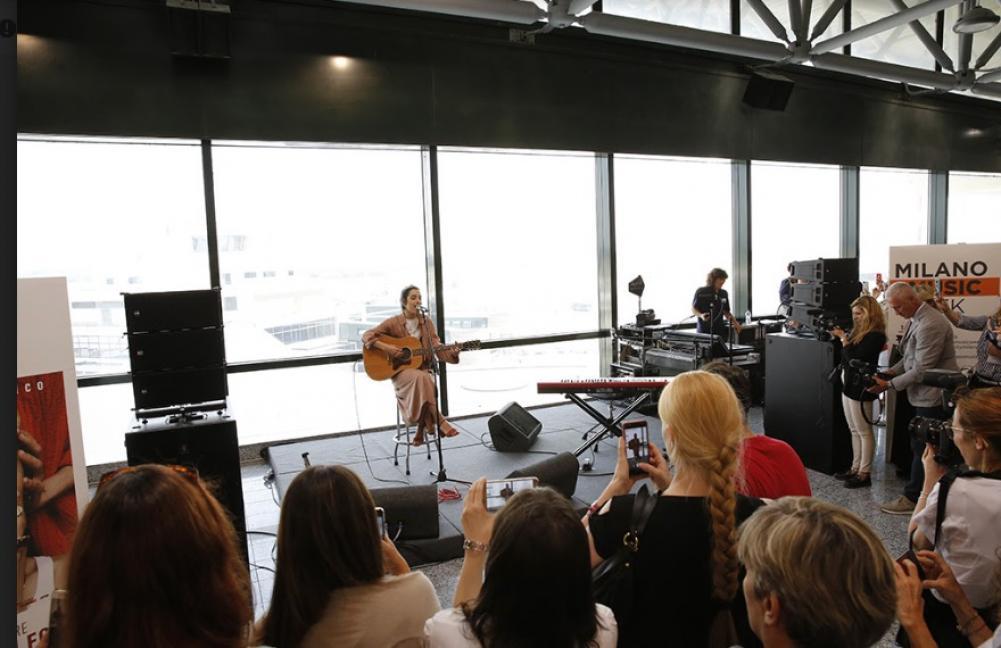 Una performance di Levante apre da Malpensa il viaggio verso la Milano Music Week
