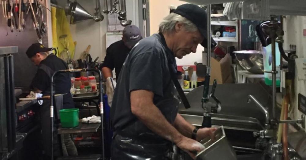 Jon Bon Jovi lava i piatti nel suo ristorante di Red Bank