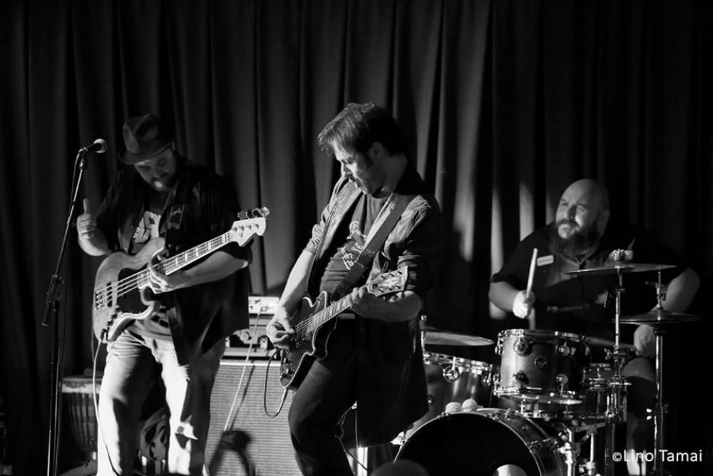 Una Iena con Strat e Les Paul sul palco di SHG