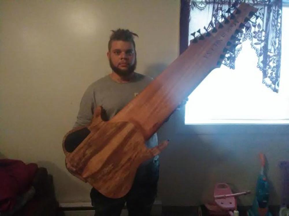 La folle chitarra a 17 corde di Jared Dines
