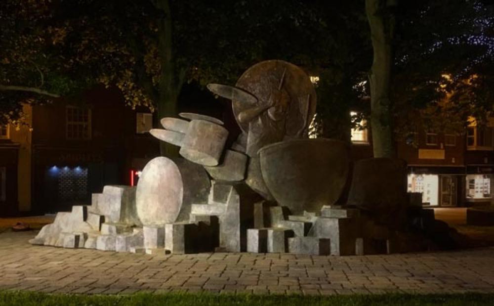 Compare nella notte una statua per John Bonham