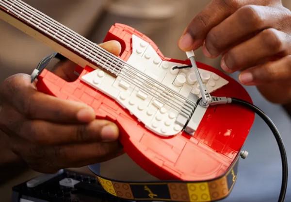 Fender: la Stratocaster e il Princeton Reverb in versione Lego