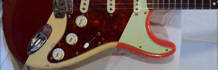 Chitarra Fender ufficiale con effetto invecchiato Rock Band T-shirt