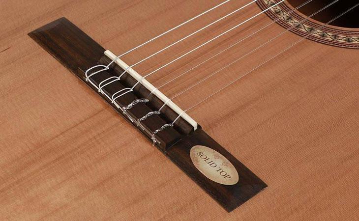 Riposizionare la selletta sulla chitarra classica