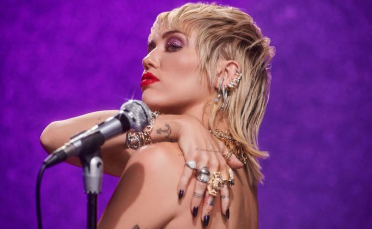 """Miley Cyrus: il nuovo album """"Plastic Hearts"""" in uscita il 27 novembre"""