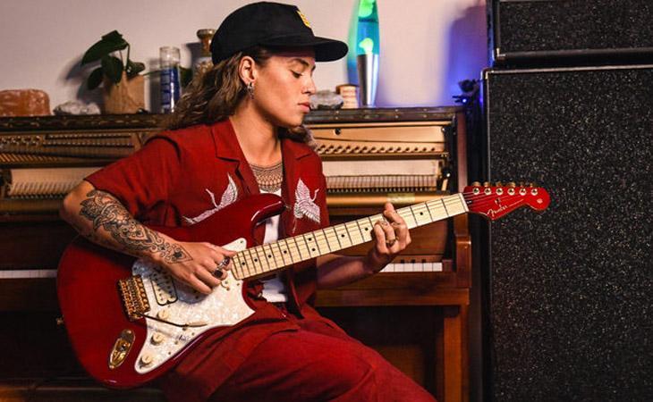 Rosso e oro per la Fender di Tash Sultana