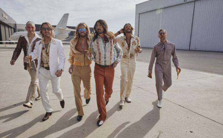 "Dee Gees, la band alter ego dei Foo Fighters ha pubblicato la cover di ""You Should Be Dancing"""