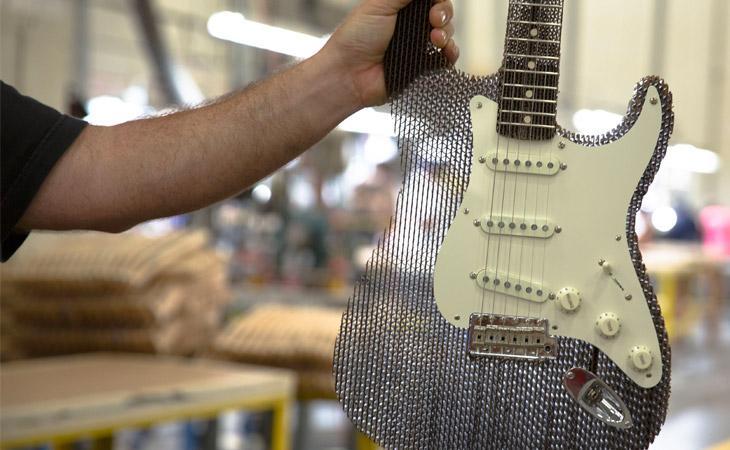 Stratocaster Custom Shop di cartone, e suona anche!