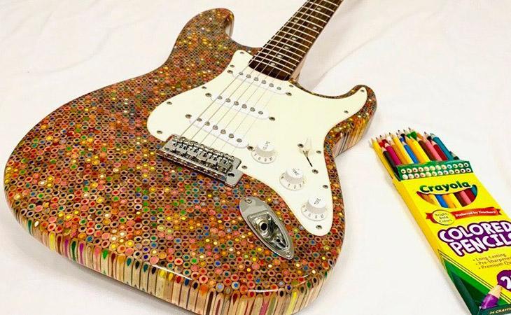 La Strat interamente fatta di pastelli colorati