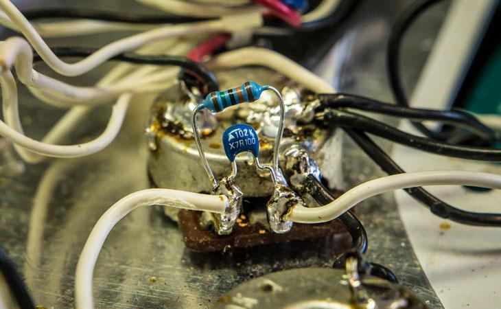 Il rumore aumenta se tocco le componenti metalliche